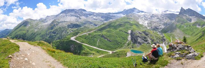 Wanderer blicken zum Hintertuxer Gletscher
