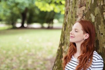 frau genießt die ruhe im park