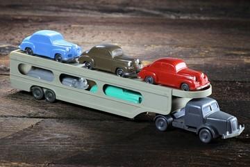 Autotransporter als Modellauto aus Kunststoff auf Holzhintergrund