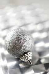 銀色のクリスマスボール