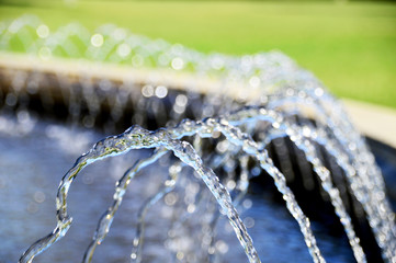 Photo sur Plexiglas Fontaine Kleine Wasserfontänen im Springbrunnen