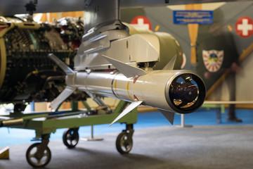 Montierte Rakete mit Suchkopf und Steuerflügel Schweizerkreuz