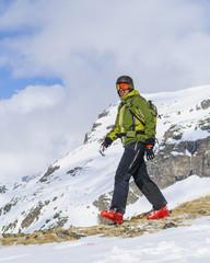 Skifahrer in professioneller Ausrüstung