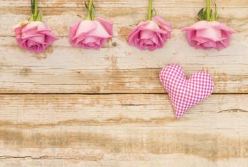 Verliebt Liebe Karte mit Rosen Blumen auf Holz Hintergrund Shabby