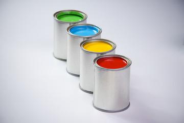 Latas de tinta coloridas