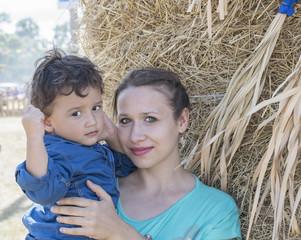 Fond de hotte en verre imprimé Artiste KB mom with son near haystacks