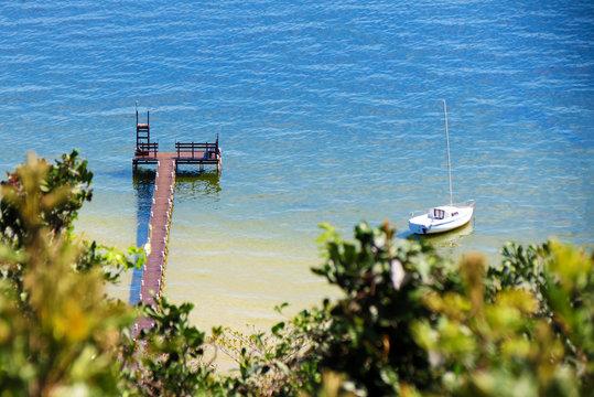 Pequeno veleiro no trapiche da Lagoa da Conceição - Florianópolis