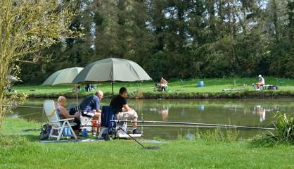 Pêcheurs au bord d'un étang