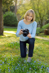 Aktive Seniorin fotografiert im Garten