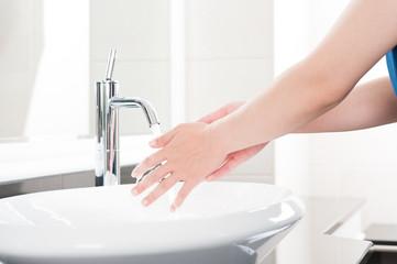 女性の手 洗面台