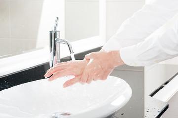 手を洗っている様子
