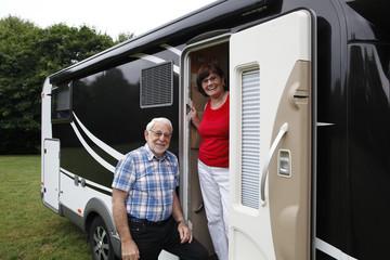 Senioren beim aktiven Campingurlaub im Wohnmobil