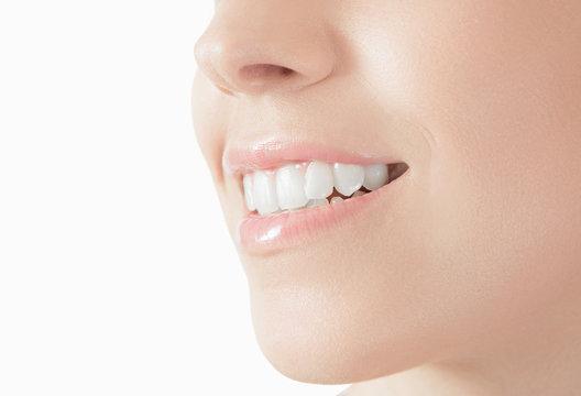 Donna con sorriso denti bianchi