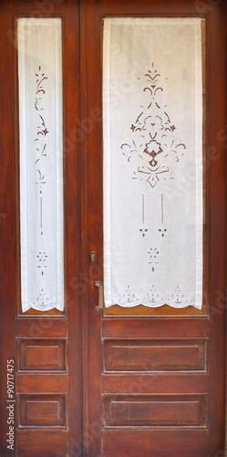 Porta da esterno in legno color mogano con tende bianche - Tende porta esterno ...