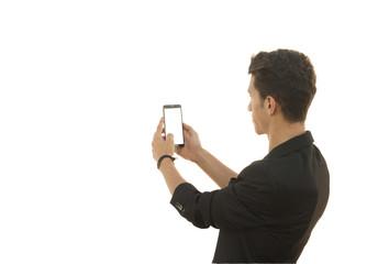 adam telefonla fotoğraf çekiyor