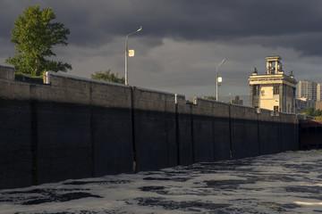 Спуск воды. Шлюз канала им. Москвы.