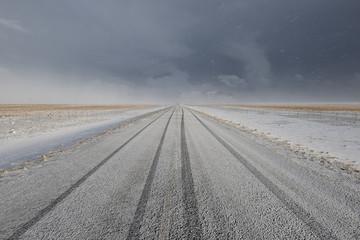 Strada innevata con tracce di pneumatici orizzontale