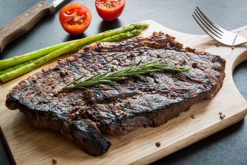 grilled fillet steak with asparagus and tomato
