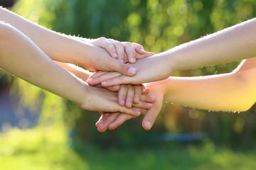 übereinanderliegende Kinderhände