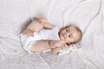 Spielendes Baby im Bett