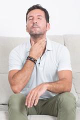 Mann mit Halsschmerzen