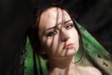 Фактурная тень на лице девушки