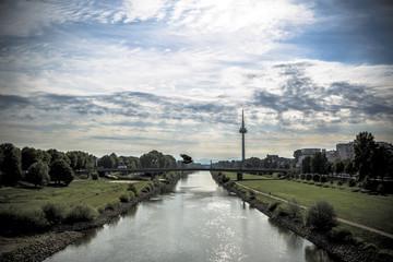Brücke über Fluss mit Fernsehturm in Mannheim