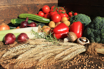 Feldfrüchte auf rustikalem Holzbrett