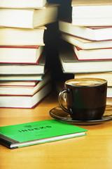 Indeks studenta, kawa i książki.