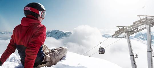 Skifahrer genießt aussicht