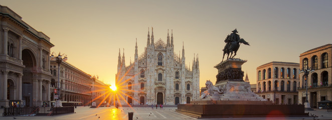 Spoed Fotobehang Milan Duomo at sunrise