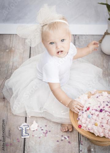 Kleines Mädchen Mit Torte Zum 1 Geburtstag Stockfotos Und