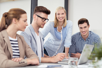 studentin arbeitet im team
