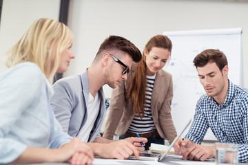 team am arbeitsplatz in einer besprechung
