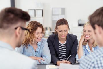 motivierte junge leute in einer besprechung