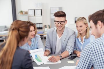 kollegen im büro besprechen strategie