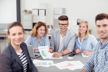 junges team in einer besprechung im büro