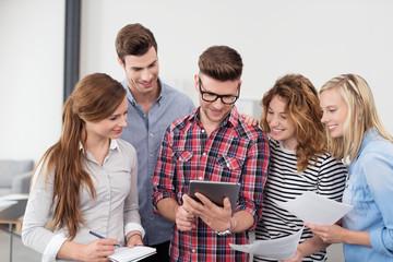 studenten informieren sich am tablet-pc