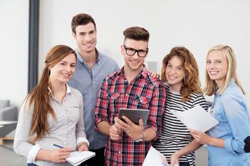 lächelnde studenten arbeiten zusammen in einem seminar