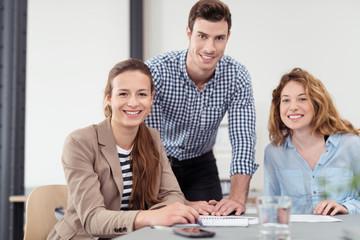 drei junge leute arbeiten zusammen