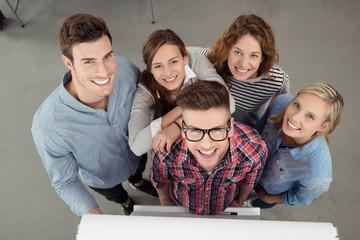 team arbeitet zusammen am flipchart
