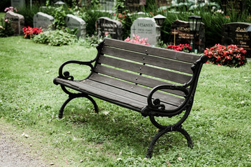Photo sur Plexiglas Cimetiere Empty old bench in cemetery