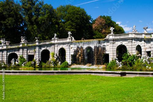 Fontana giardini inglesi reggia di caserta immagini e fotografie royalty free su - Giardini reggia di caserta ...