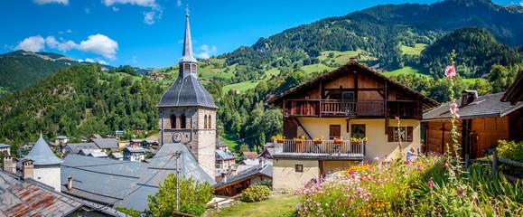 Foto auf AluDibond Gebirge Village savoyard de Beaufort dans les Alpes françaises