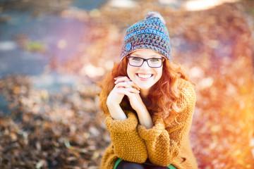 positive Frau mit roten Haaren und Brille