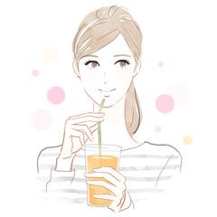 ジュースを飲む女性