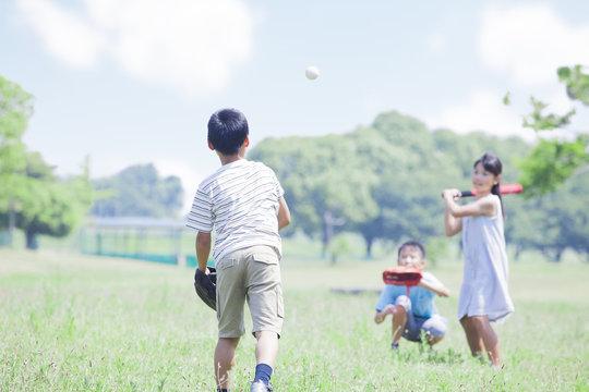 野球をする小学生