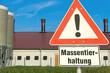 Schild: Achtung Massentierhaltung