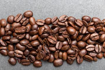 Kaffeebohnen auf Schieferplatte