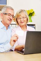 Paar Senioren beim Online-Shopping